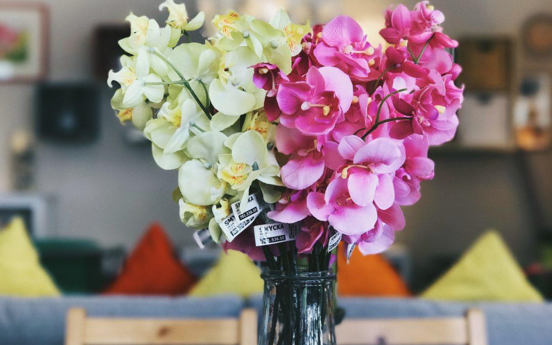 Skal jeg vælge friske eller kunstige blomster og planter?
